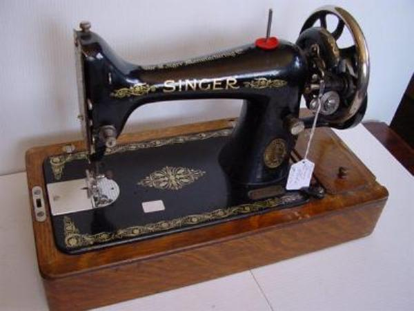 BOXED SINGER SEWING MACHINE ---SEW38